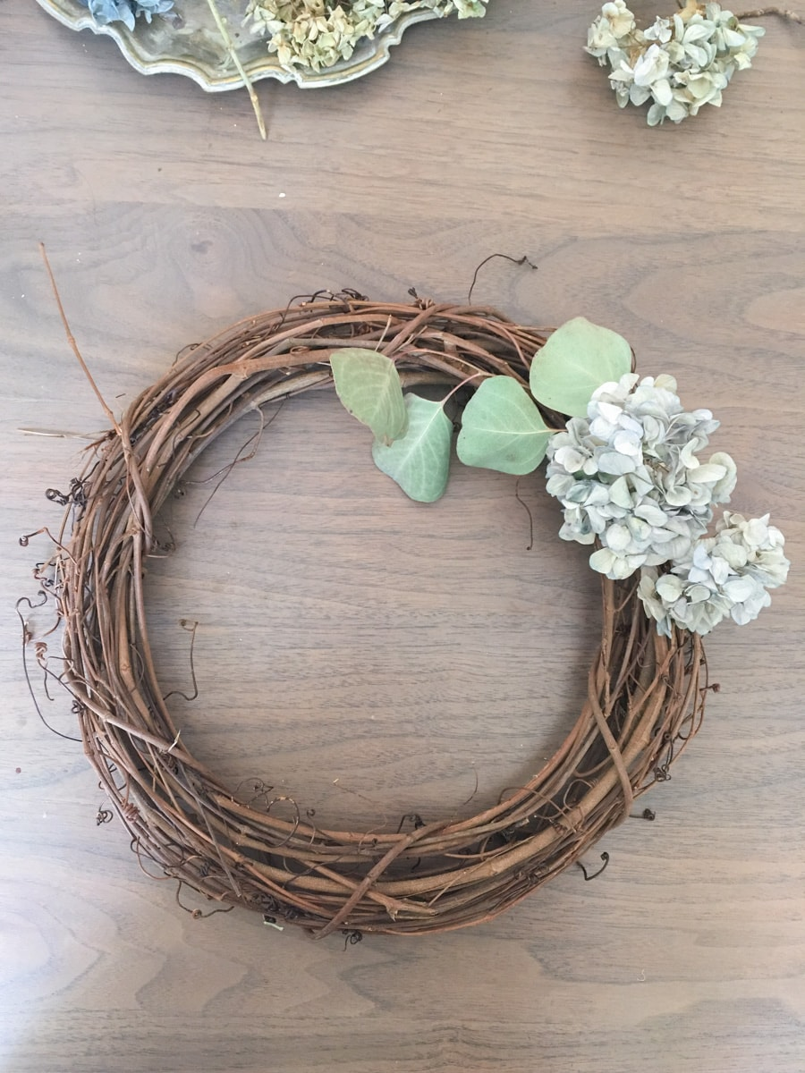 diy dried hydrangea wreath, dry flower diy, rustic, eucalyptus, nikko blue